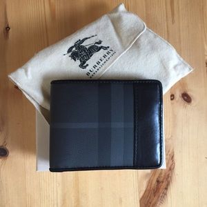 Burberry beat check bi-fold wallet 👝 Make n offer